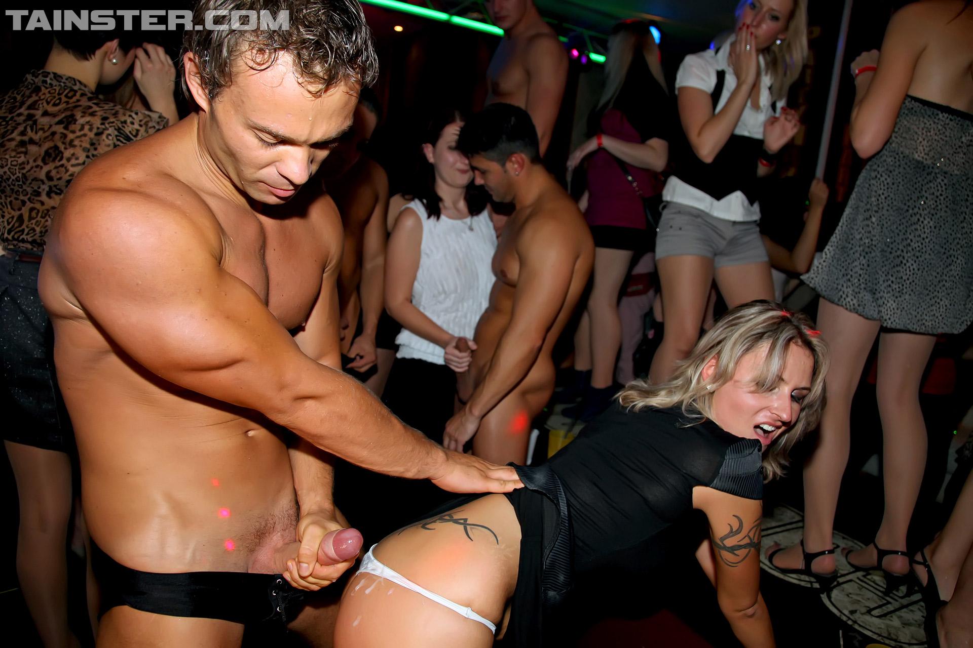 Девушку трахнули в ночном клубе