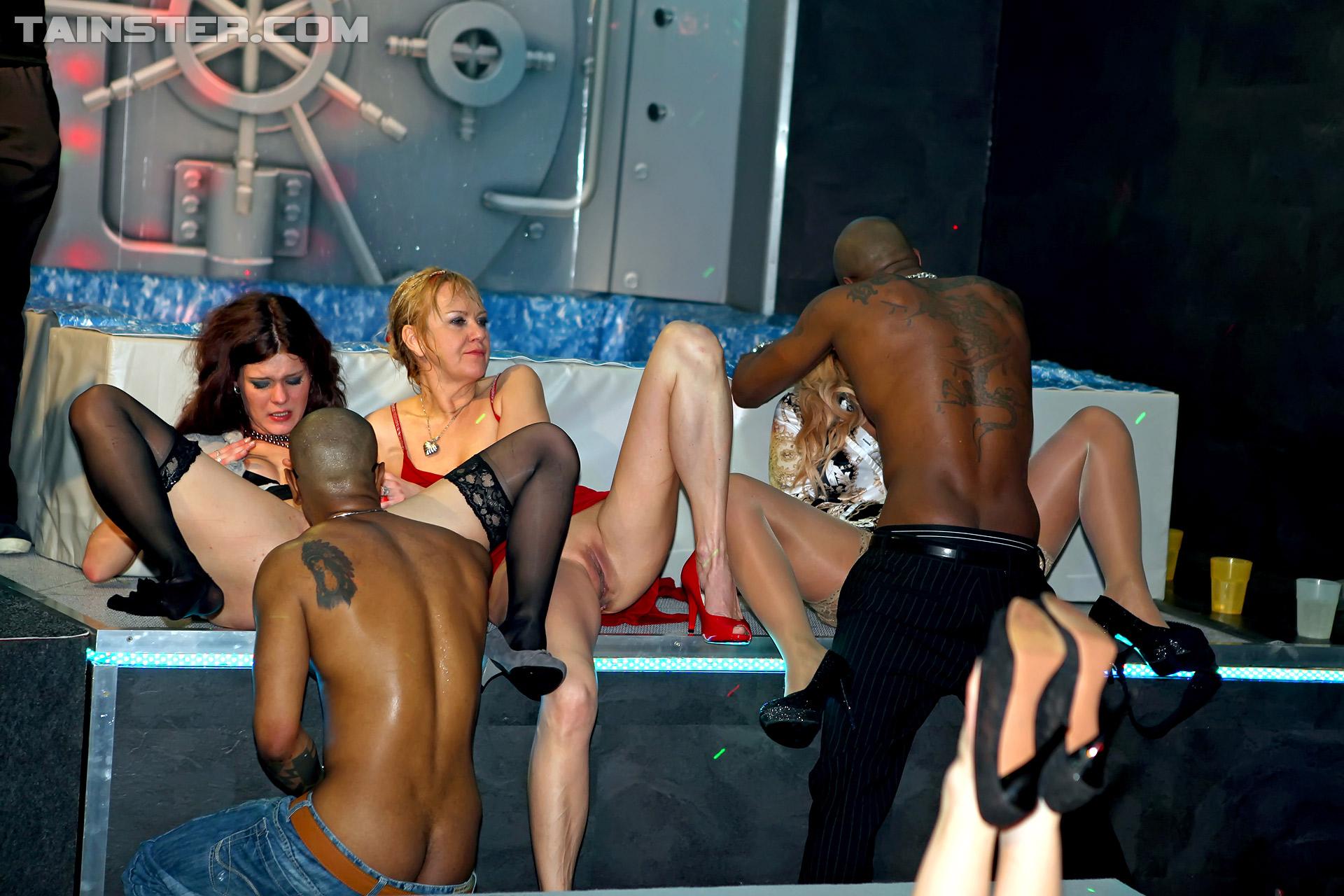 Уединились в клубе, На Вечеринке Уединились (найдено 81 порно видео.) 3 фотография