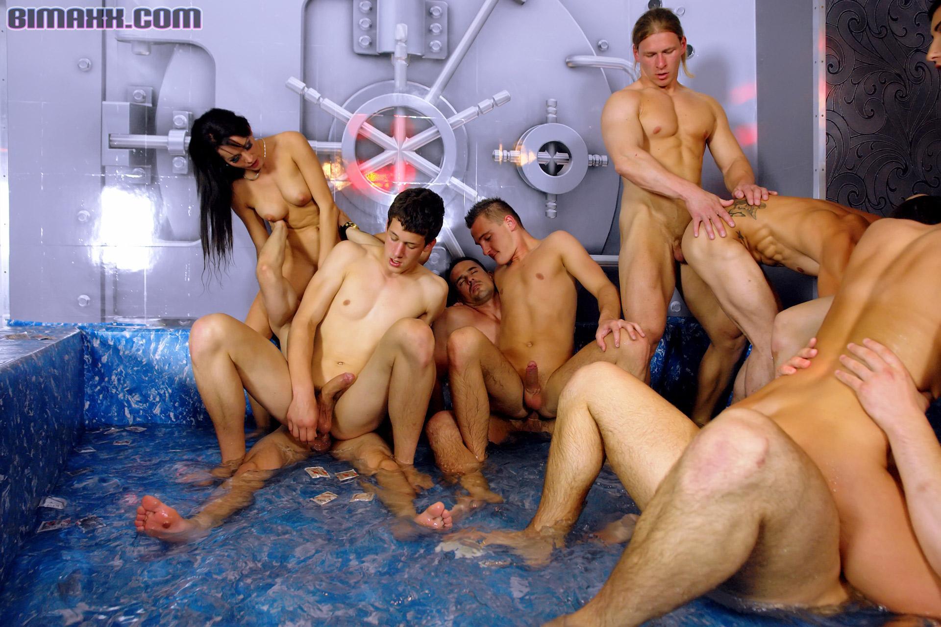 Горячая вечеринка свингеров превратилась в групповушку